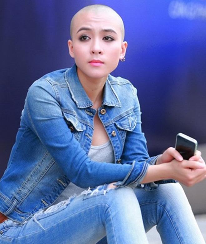 """""""Mỹ nhân đầu trọc"""" của Vietnam Idol lộ lưng trần phủ kín hình xăm - 1"""