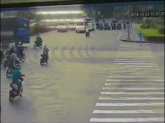 Clip: Thanh niên thoát chết thần kỳ ngay sát bánh xe tải sau tai nạn