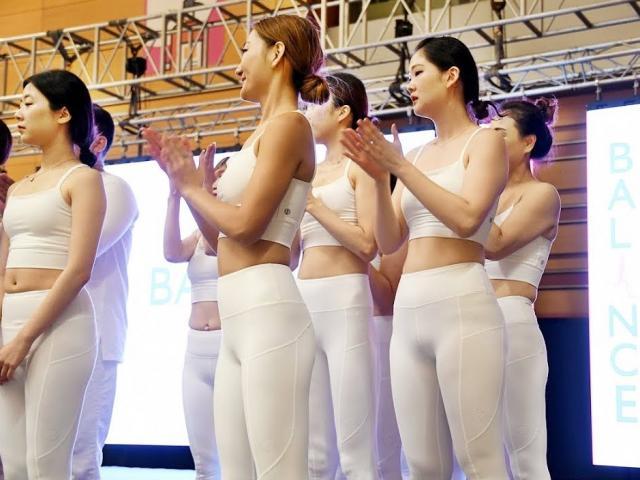 """Đỏ mặt: Dàn mỹ nhân mặc """"xuyên thấu"""" ở giải Yoga thế giới"""