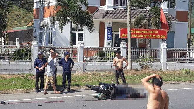 Xe máy tông máy cày, nam thanh niên nằm bất động trên đường - 1