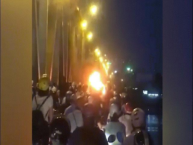 Hoảng hồn xe máy bốc cháy giữa cầu Chương Dương ngay giờ cao điểm