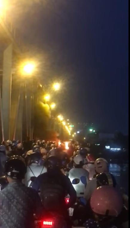 Hoảng hồn xe máy bốc cháy giữa cầu Chương Dương ngay giờ cao điểm - 1