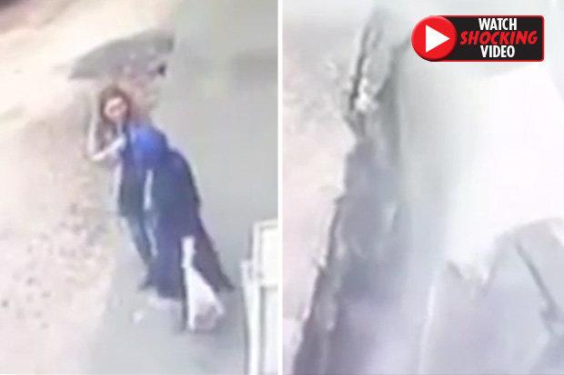 Video: Đang đi ngoài đường, tích tắc sau đã bị nuốt vào lòng đất - 1