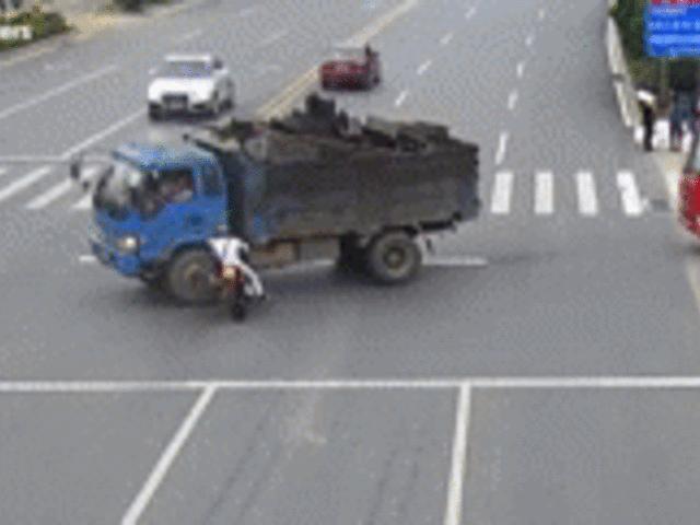 SỐC: Xe máy lao nổ xe tải, lái xe bị lửa cuốn lăn lộn trên đường