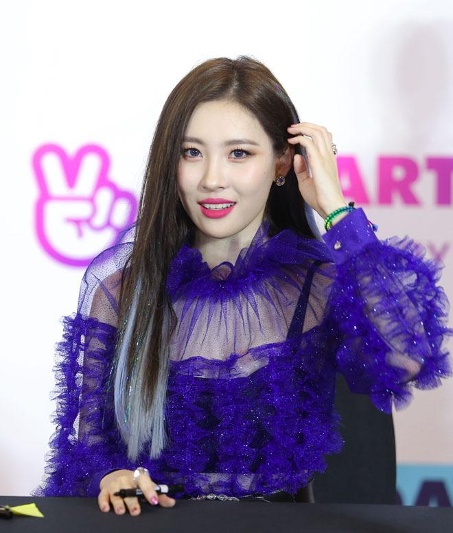 Biểu tượng sexy xứ Hàn trườn, bò trên sân khấu, khiến fan Sài Thành mê mệt - 1