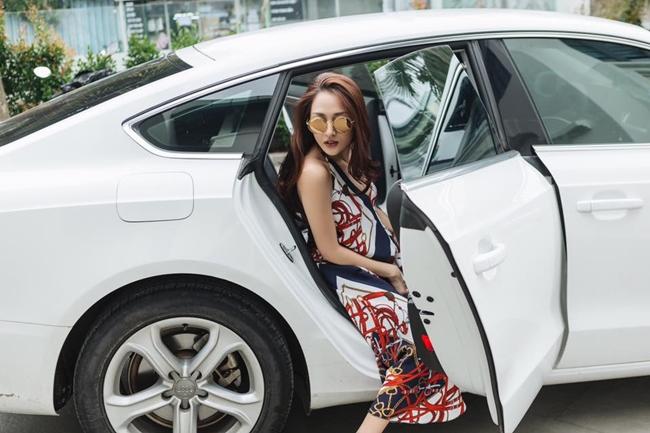 Chỉ sau 3 năm đi hát, Bảo Anh đã đổi sang xế hộp mới. Chiếc xe của cô thuộc dòng A5 của hãng Audi có giá 2,7 tỷ đồng.