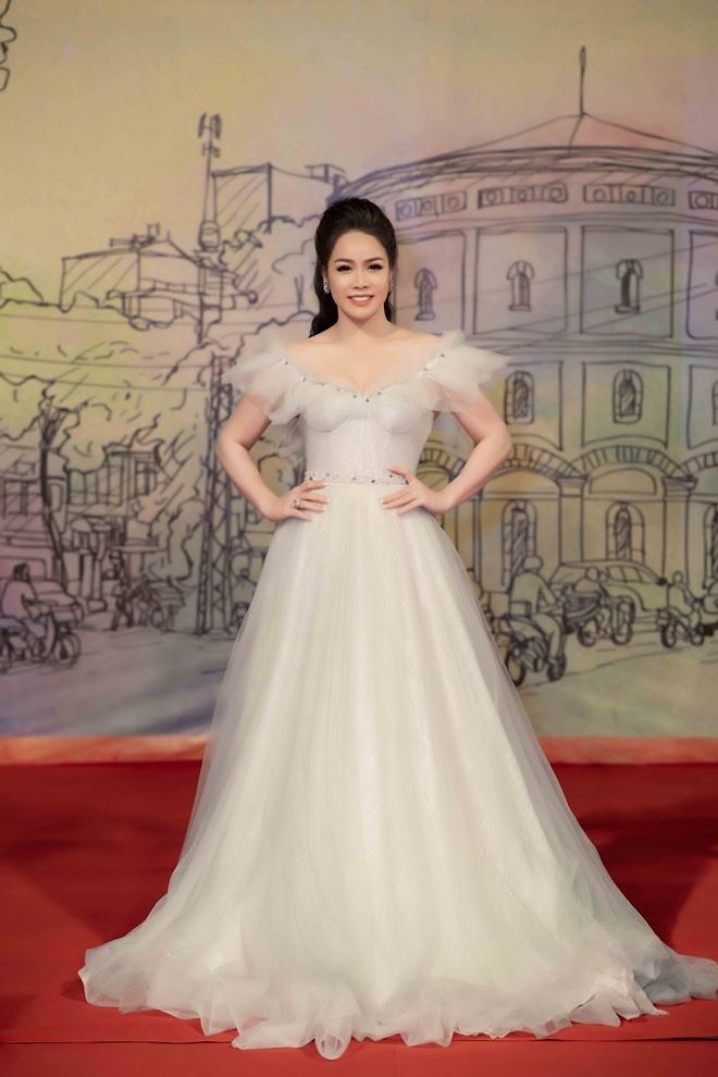 Diện váy sexy, Nhật Kim Anh ngã dúi dụi ở thảm đỏ LHP Quốc tế Hà Nội - 1