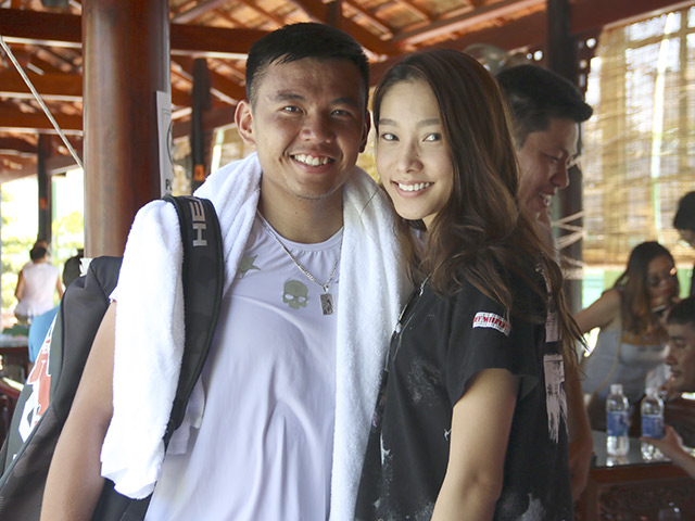 Tay vợt Hoàng Nam hôn bạn gái hot girl mừng chiến thắng lịch sử