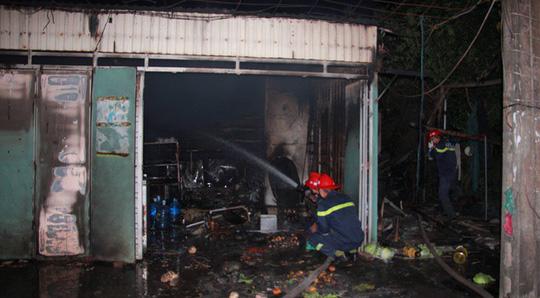 Nhà bán xăng, chồng giận vợ đổ xăng đốt nhà, 3 người bỏng nặng - 1