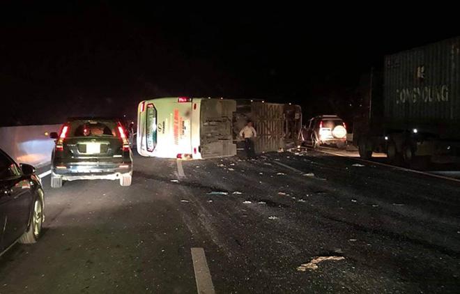 Tạm giữ 3 ôtô vụ xe khách lật trên cao tốc Hà Nội-Hải Phòng - 1