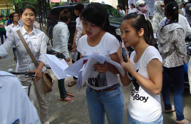 Trường đại học cấm mặc áo phông không cổ có quá khắt khe? - 1