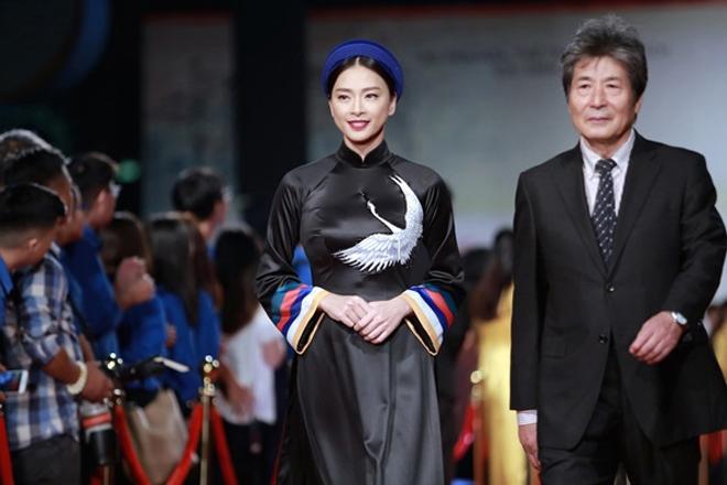 Ngô Thanh Vân không kịp thay áo dài, chạy vội đi gặp khán giả Hà Nội - 1