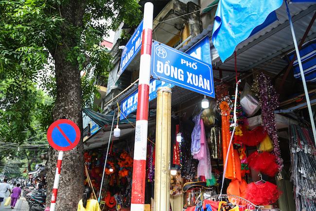Phố Hàng Mã, Lương Văn Can nổi tiếng với rất nhiều mặt hàng đồ chơi bày bán tràn lan, khó quản lý.