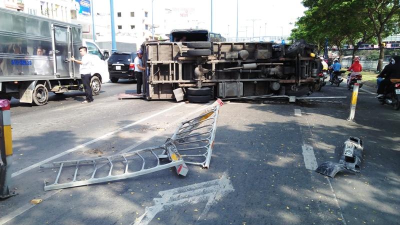 """Nhiều người vứt xe, chạy thục mạng khi ô tô tải """"đại náo"""" phố Sài Gòn - 1"""