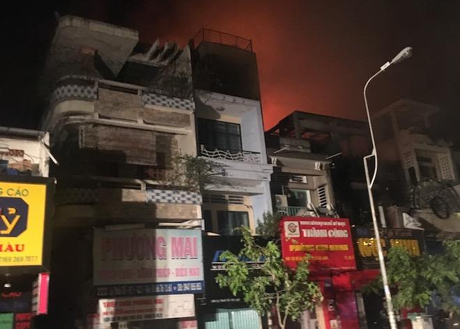 TP.HCM: Hiện trường vụ cháy quán bar lan nhiều nhà dân trước Halloween - 1