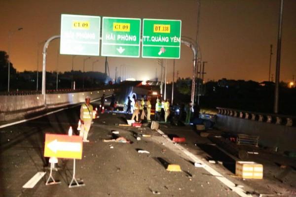 Ô tô đâm nhau kinh hoàng trên cao tốc, nhiều người thương vong - 1