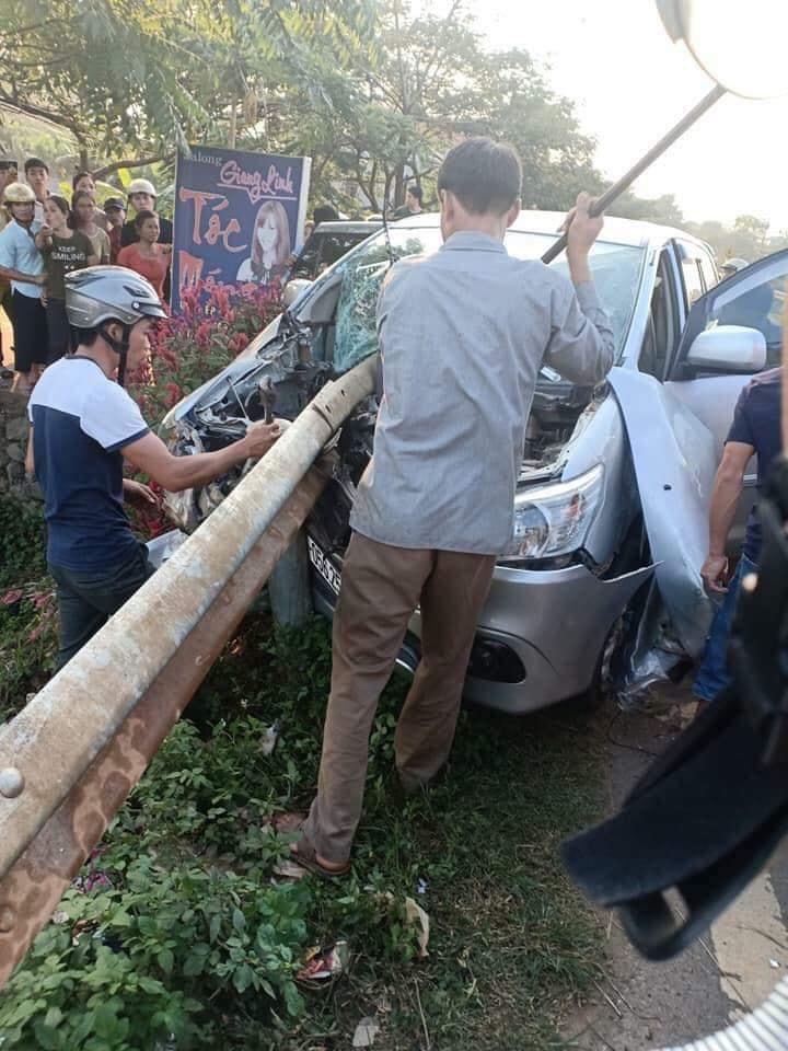 Ô tô đâm xuyên hộ lan bên đường, bé trai 3 tuổi tử vong - 1