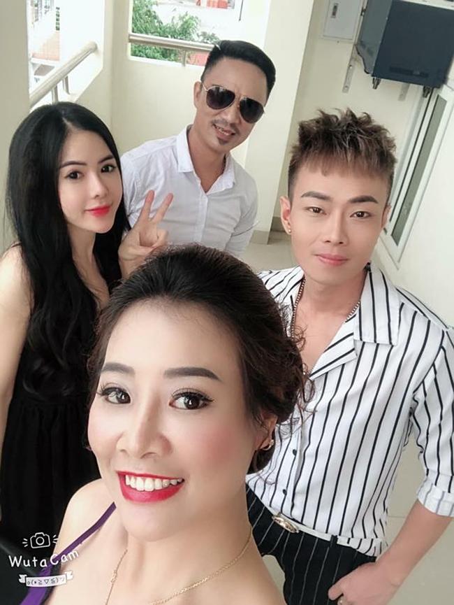 """Ngoài đóng phim hài Tết, cô còn đảm nhận vai nữ chính trong MV """"Khói đêm"""" của ca sĩ Nam Khang (người mặc sơ mi kẻ sọc đen)."""