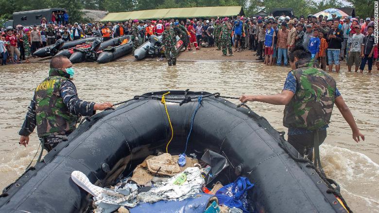 Máy bay Indonesia chở 189 người rơi: Bắt được tín hiệu hộp đen - 1
