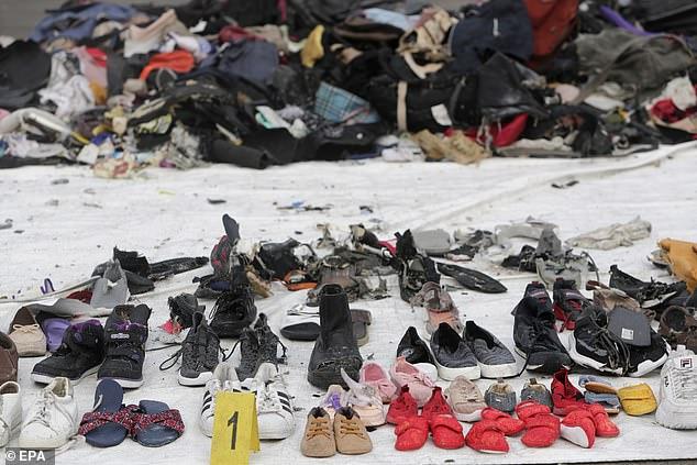 Máy bay Indonesia chở 189 người rơi: Xót xa cảnh tìm vật dụng người thân - 1