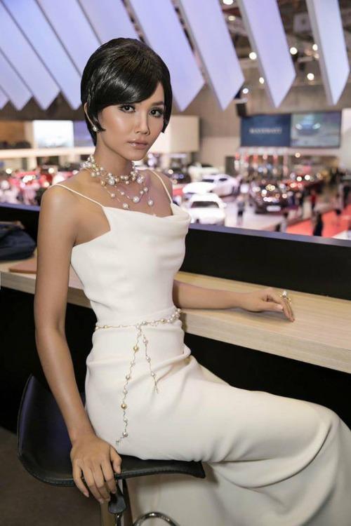 Angela Phương Trinh và H'Hen Niê ai đẹp hơn khi chung váy? - 1