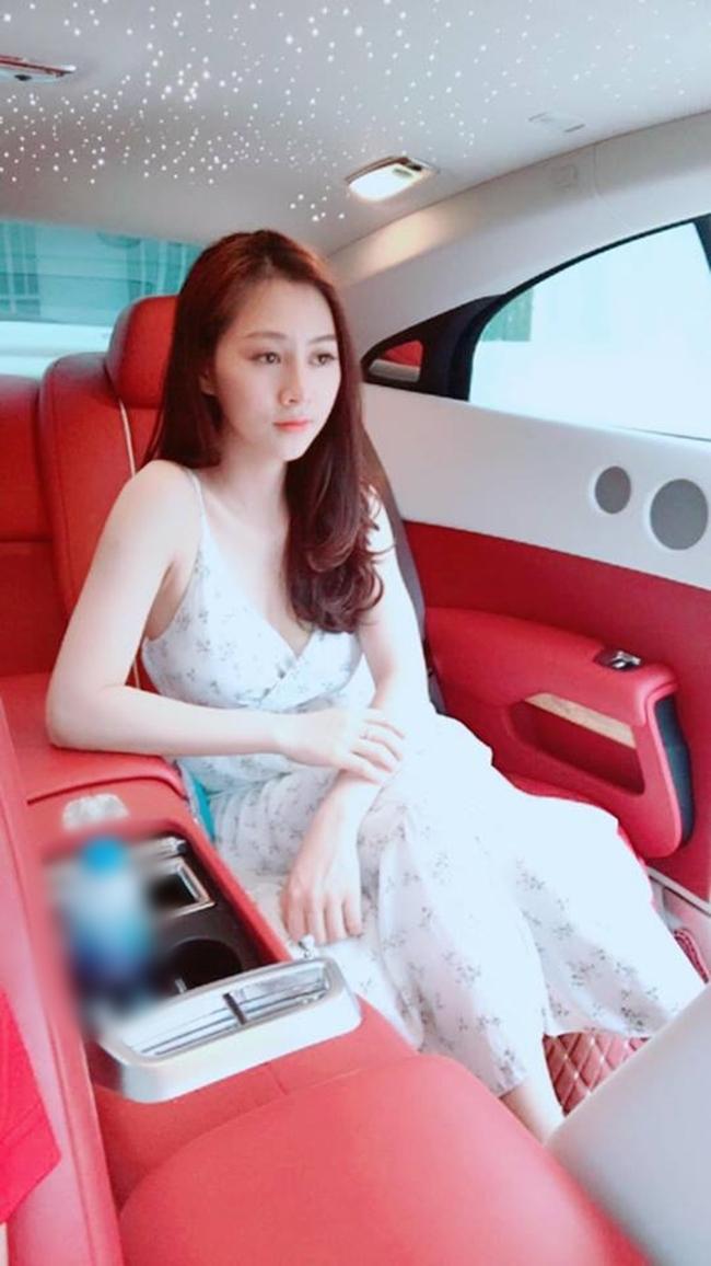 Không chỉ có nhà đẹp, Đinh Hải Yến còn gây chú ý khi chia sẻ hình ảnh bên nhiều siêu xe.