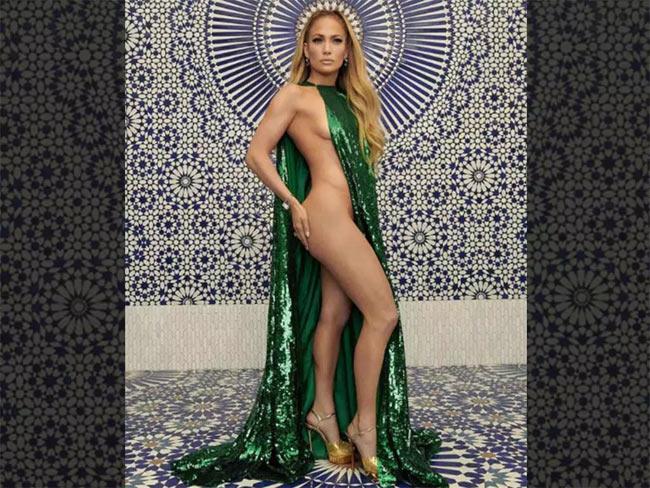 Mới đây Jennifer Lopez vừa gây sốc khi diện một bộ váy quá táo bạo của Haute Couture Valentino.