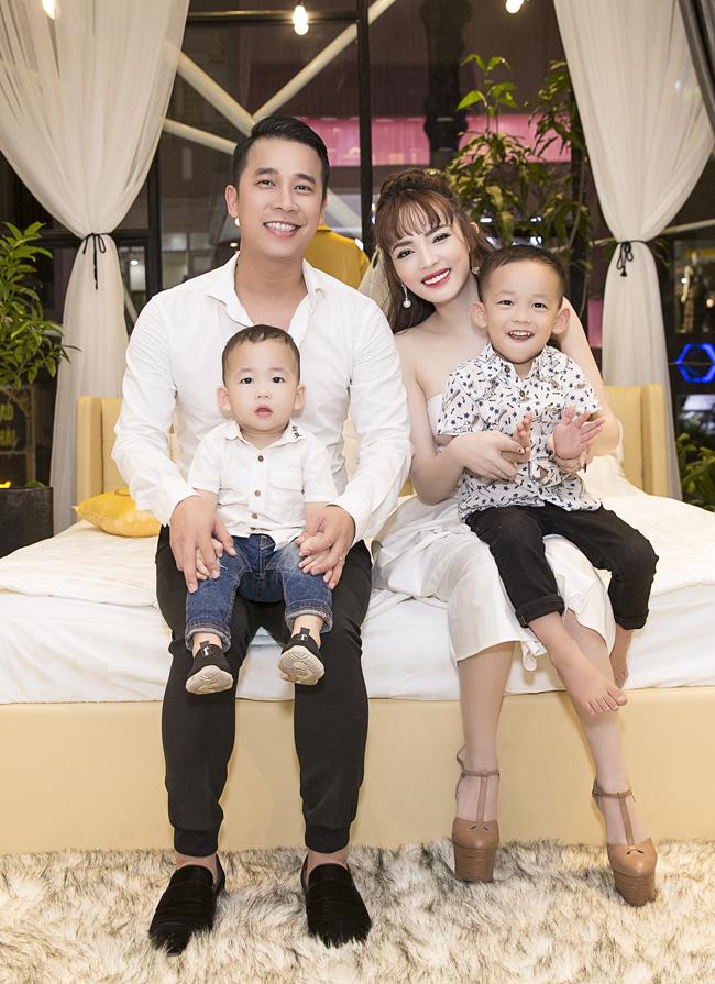 """""""Có lẽ sinh hai cậu con trai là đủ rồi, chúng tôi không phải sợ sinh thêm con vì kinh tế, mà sợ mình không dành đủ thời gian cho các con"""", bà xã Lê Hoàng cho hay."""