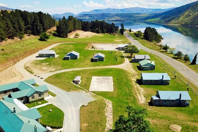 Nằm ở đảo Nam của New Zealand, làng Lake Waitaki đang được rao bán với giá 2,8 triệu USD (~65 tỷ đồng).