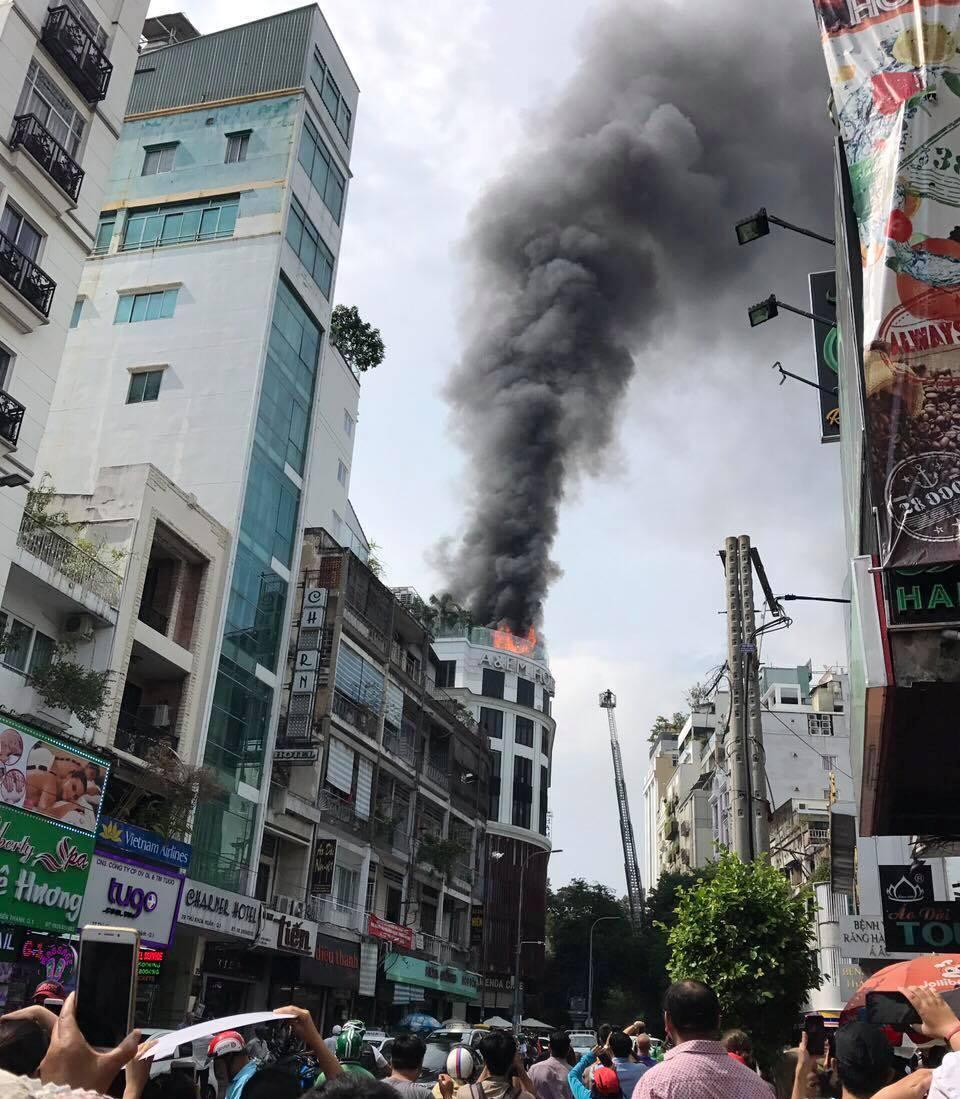 Khách sạn giữa trung tâm Sài Gòn cháy dữ dội, khách hoảng loạn tháo chạy - 1