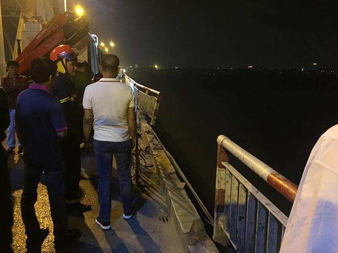 Hiện trường vụ ô tô lao khỏi cầu Chương Dương, rơi xuống sông Hồng - 1