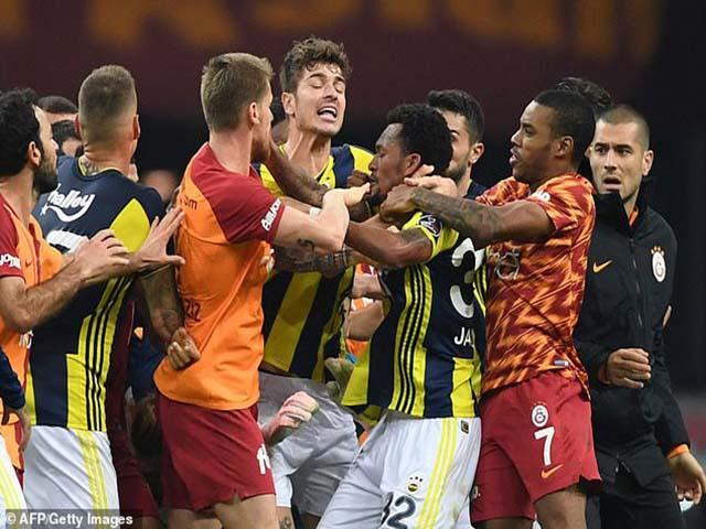 Chấn động làng bóng đá: Derby Thổ Nhĩ Kỳ ẩu đả như phim hành động