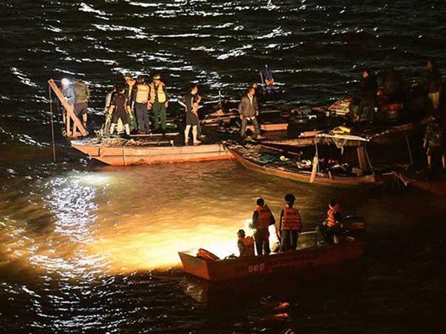 Cận cảnh trục vớt ô tô Mercedes húc bay lan can cầu Chương Dương, lao xuống sông Hồng