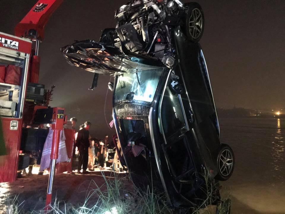 Phút bẻ lái định mệnh của ô tô Mercedes trước khi lao xuống sông qua lời nhân chứng - 1