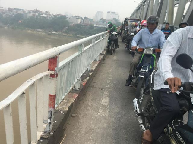 Chuong Duong Bridge: deadly danger chasing mixed tracks