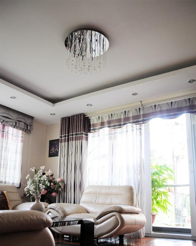 """Sinh ra và lớn lên ở Hà Nội, nhà của gia đình Chi Pu nằm trong một con ngõ nhỏ của phường Xuân La. Hình ảnh phòng khách gia đình ca sĩ """"Đóa hoa hồng"""" được chụp vào năm 2013."""