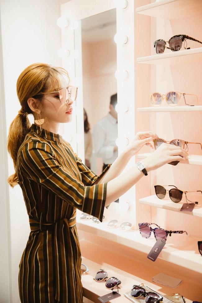 Không chỉ tậu được nhà và xe riêng, năm 2017, người đẹp sinh năm 1993 còn mở cửa hàng thời trang riêng.