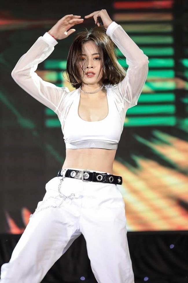 Dù giọng hát chưa thực sự ấn tượng song Chi Pu nhận được không ít lời mời biểu diễn, ca hát. Số tiền cát-xê cô thu về không hề nhỏ.
