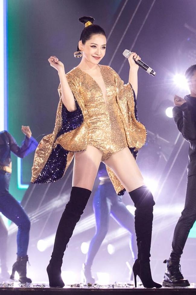 Chi Pu đầu tư kĩ lưỡng cho các tiết mục biểu diễn của mình trên sâ khấu với vũ đạo sôi động, khỏe khoắn, thu hút khán giả trong một lần đi diễn.