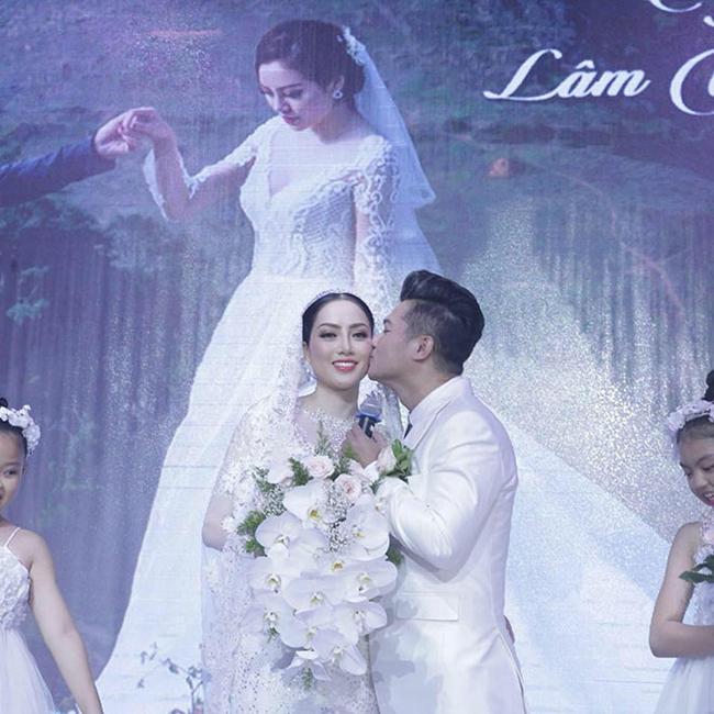 Lâm Vũvà vợ Việt Kiều Jennifer Huỳnh Tiêngặp nhau tại Las Vegas trong một bữa tiệc của một người bạn và nhanh chóng trúng tiếng sét ái tình. Họ hẹn hò 4tháng rồi quyết định tiến đến hôn nhân.