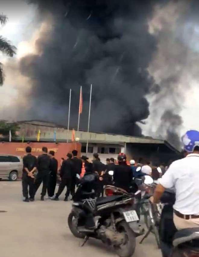 Khói lửa nhấn chìm khu xưởng 2.000m2 của công ty dược - 1