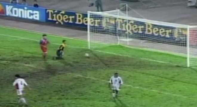 """AFF Cup xấu hổ vì sự cố """"ao làng"""": Bỏ sân vì bị phạt 11m, cố ý đá phản - 1"""