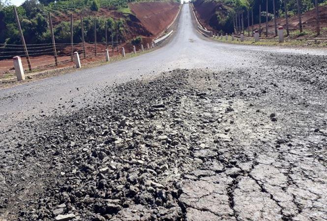 Ðường tiền tỷ vừa khánh thành đã hỏng: Lại đổ do…mưa - 1
