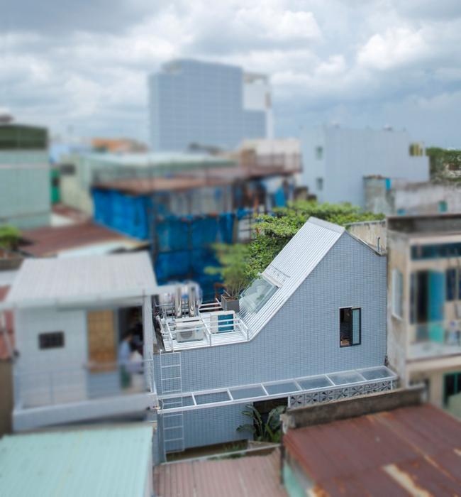 Căn nhà này nằm trải dài trên mảnh đất có diện tích rất nhỏ, một chiều2,5m và một chiều 6,5m trong con hẻm nhỏ hẹp ở trung tâm thành phố Hồ Chí Minh.