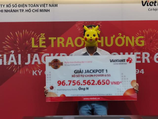 TP.HCM: Hành động bất ngờ của chủ nhân jackpot gần 100 tỉ tại lễ nhận giải