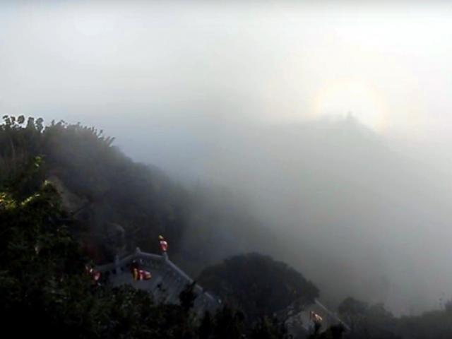 Quầng sáng kỳ ảo xuất hiện trên nóc chùa ở đỉnh Fansipan