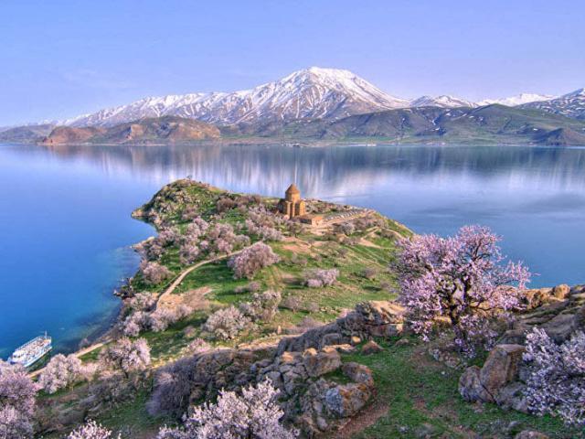 Lâu đài khổng lồ nằm dưới đáy hồ hàng nghìn năm mà không ai biết