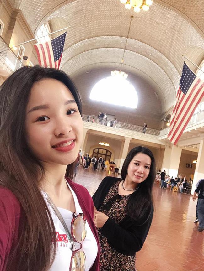 Cô con gái lớn của nghệ sĩ Thanh Thanh Hiền là Tú Linh, hiện là du học sinh bên Mỹ. Tú Linh năm nay 19 tuổi, rất xinh xắn và tự lập. Cùng với em gái Thái Phương, Tú Linh là con riêng của Thanh Thanh Hiền với người chồng trước.
