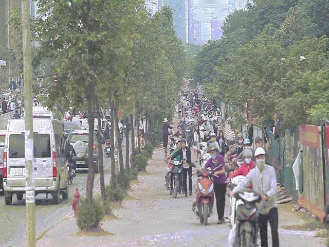 """Những hình ảnh lạ lùng trên phố """"dắt xe đi bộ"""" duy nhất ở Việt Nam"""