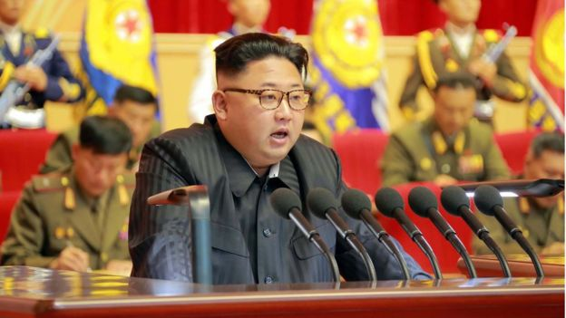 """Kim Jong-un lần đầu có tranh chân dung """"chính thức"""" như cha và ông nội - 1"""